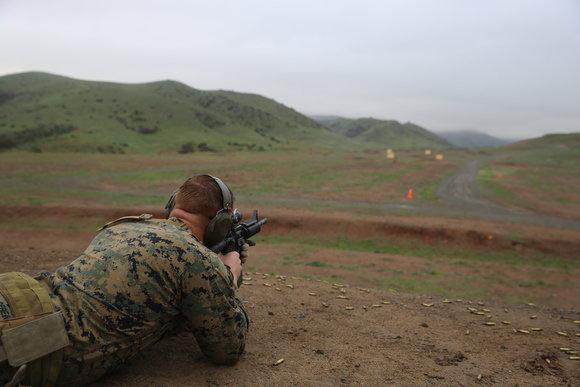 美国军队正在拍摄机器人制作更好的海军陆战队员