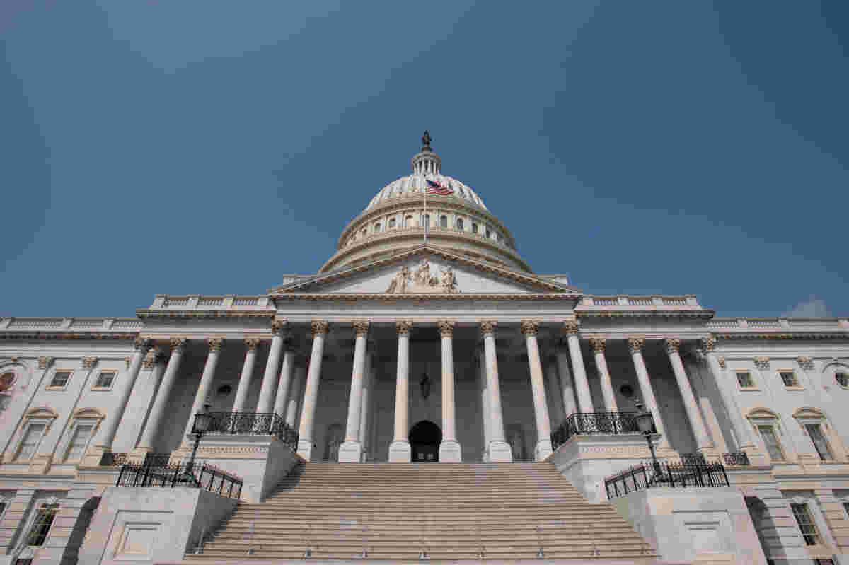 美国房子通过比尔禁止从联邦电脑的看法